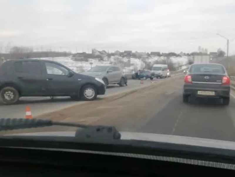 На брянской трассе столкнулись три легковых автомобиля и микроавтобус