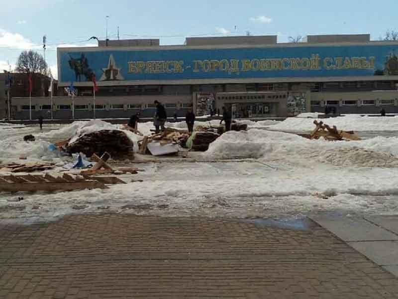 На площади Партизан демонтировали горку и каток в Брянске