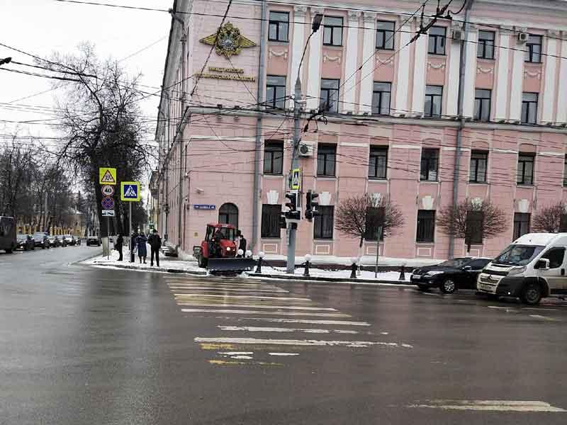 В Брянске начали убирать тротуары