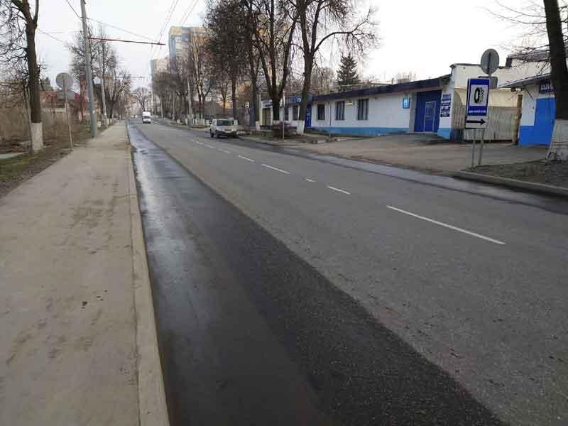 В Брянске обочины дорог чистят от песка и грязи