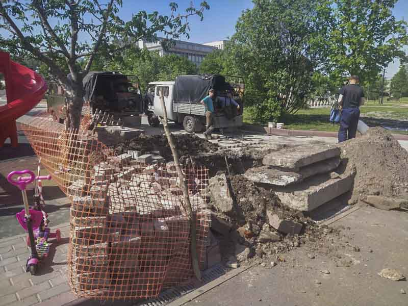 Вчера городские службы приступили к ликвидации смертельной ловушки на Набережной