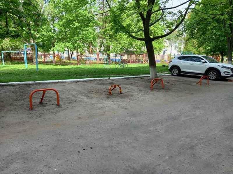 В Брянске на улице III Интернационала наглые водители приватизировали парковку